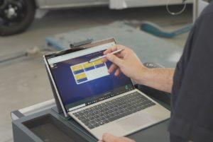 La plateforme de Glasurit rassemble l'ensemble des outils numériques nécessaires à la gestion de l'atelier et les met à disposition sur tout appareil connecté, pour le chef d'entreprise jusqu'au réparateur dans l'atelier.